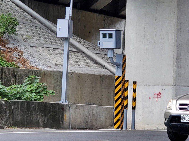 苗栗警方在台13線24.2公里處頭屋路段南下車道,建置固定式照相桿,明年1月1日起執法。圖/苗栗縣警局提供