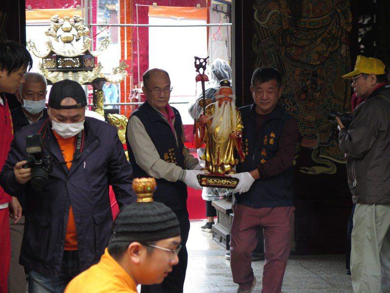 桃園景福宮新增月老神君殿,昨天舉行安座大典,將神尊請入殿內。記者張裕珍/攝影