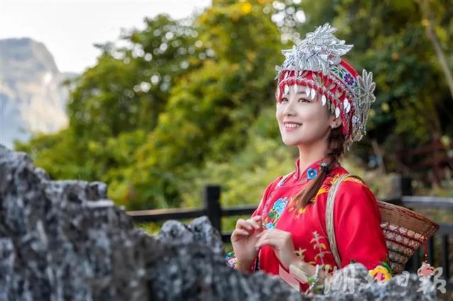 大陸湖北省對旅遊景區的工作人員頒布微笑服務規範。(圖/取自湖北日報)