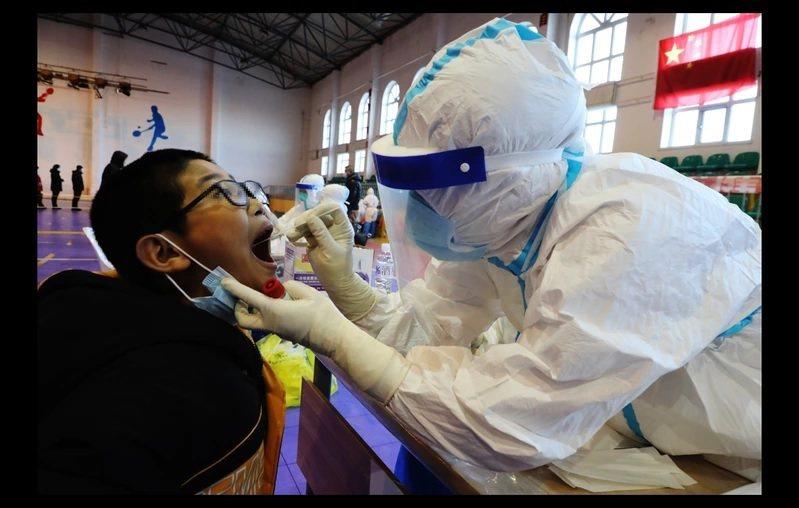 內蒙古滿州里為全民進行核酸檢測。圖/取自中新社