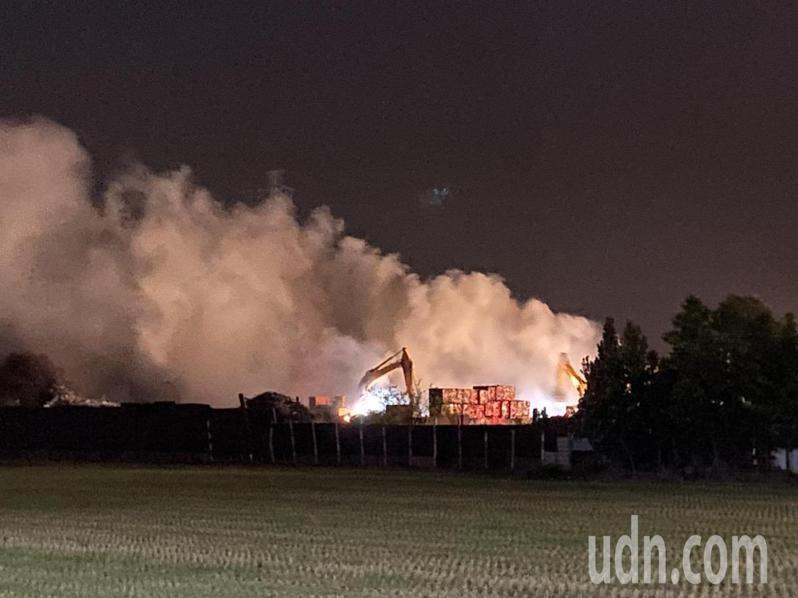 雲林縣垃圾場和回收場最近接連發生火災,今晚斗六市又一場回收裕火警,幸無人傷亡,火勢很快獲控制。記者蔡維斌/翻攝