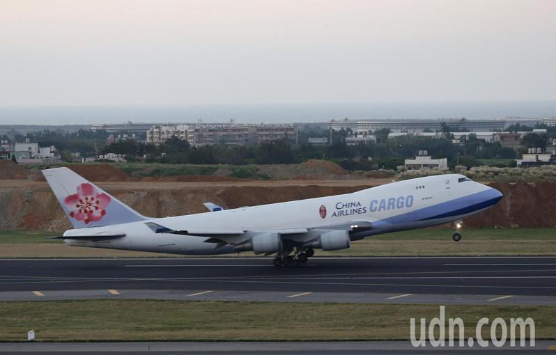 中華航空公司向美國波音飛機公司引進的首架波音777F全貨機,1日晚間返抵桃園機場,新機機身前半段將補上「台灣意象」塗裝。圖為華航波音747-400F全貨機原有的標準塗裝。記者陳嘉寧/攝影