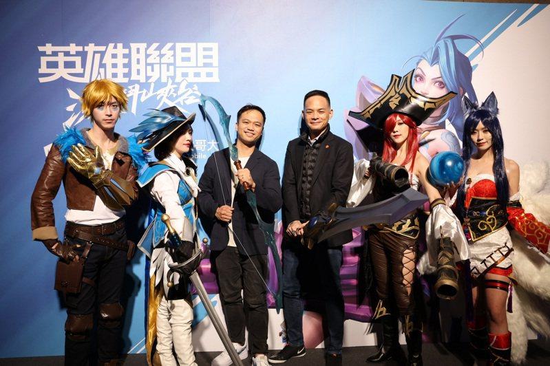 Riot Games東南亞總經理Justin Hulog(左3)化身艾希、台灣大總經理林之晨(右3)化身蓋倫,與COSER一同號召玩家進入峽谷(Coser由左至右,伊澤瑞爾、菲歐拉、好運姐、阿璃)。圖/台灣大哥大提供
