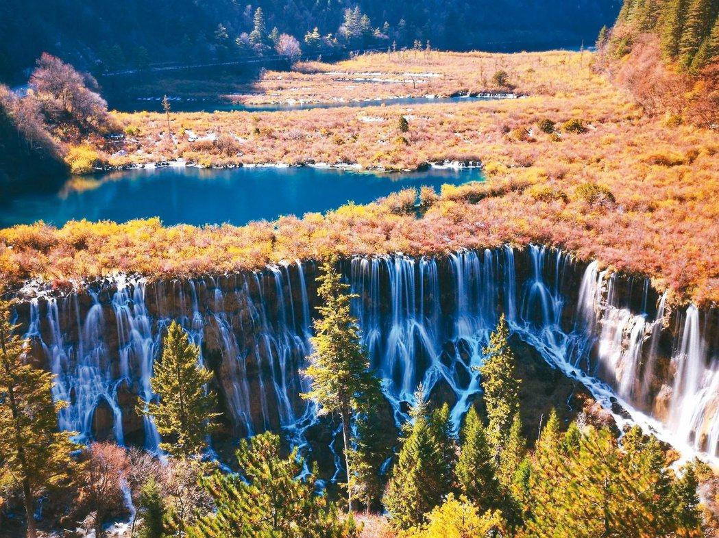 雙龍海瀑布,原掩藏在密林深處,地震後水流量增大,更顯壯觀美麗。 圖/本報四川阿壩...