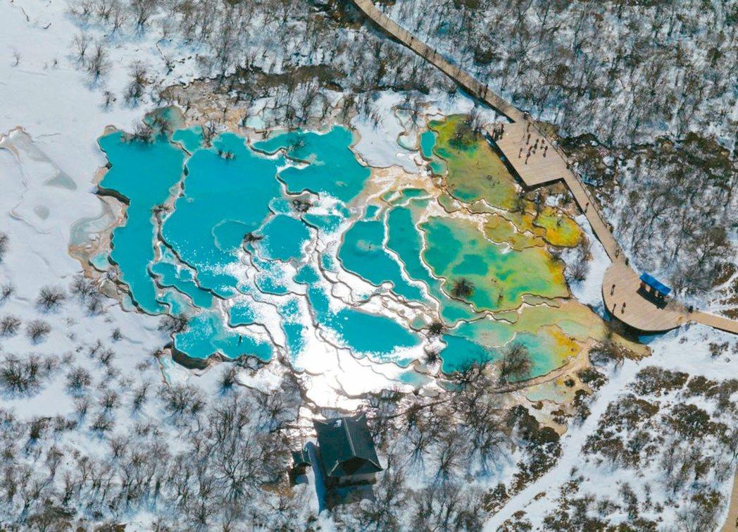 冬季由空中俯瞰九寨溝五彩池,如片片綠松石組成的鏡子。 圖/本報四川阿壩州傳真