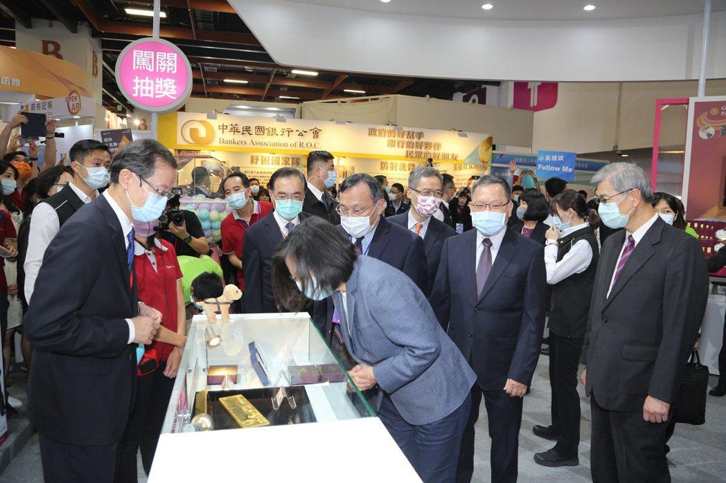 11月28日蔡英文總統出席「2020台北金融博覽會」,由財政部蘇建榮部長及金管會...