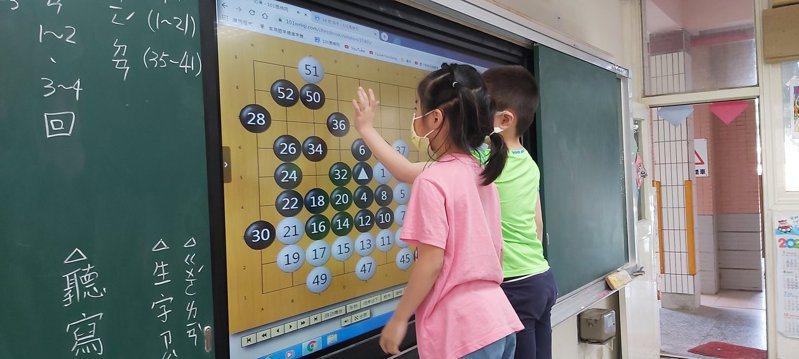 教育部推動教學換宿計畫,金門縣正義國小志工導入數位科技,帶學生學習圍棋技巧。圖/教育部提供