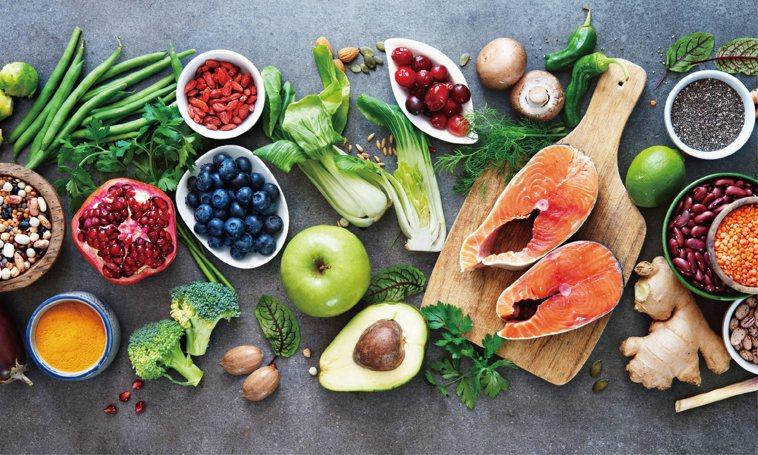 多吃蔬果、豆類、穀類、堅果類及肉類等食物,可以增強免疫力。圖/123RF