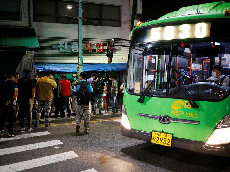 經濟因素可能是日韓女性自殺率在疫情期間飆升的原因之一,圖為今年9月17日清晨,首爾一處擠滿大批求職者的臨時工招聘處。 路透