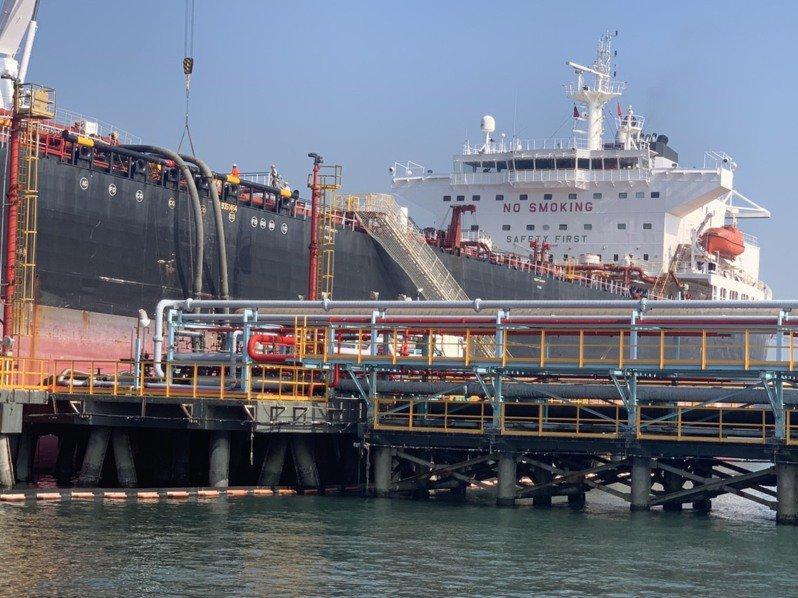 查德礦區奧瑞油田第一船40萬桶原油,運抵中油大林廠碼頭,啟動卸油作業。記者徐如宜/攝影
