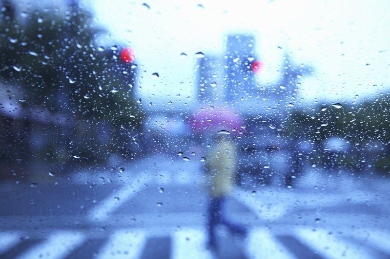 作家劉墉上(11)月月底在臉書自爆,自己因為穿著一雙名牌新球鞋,在雨天濕滑的路上欲過馬路險些摔跤。示意圖。圖片來源:Ingimage