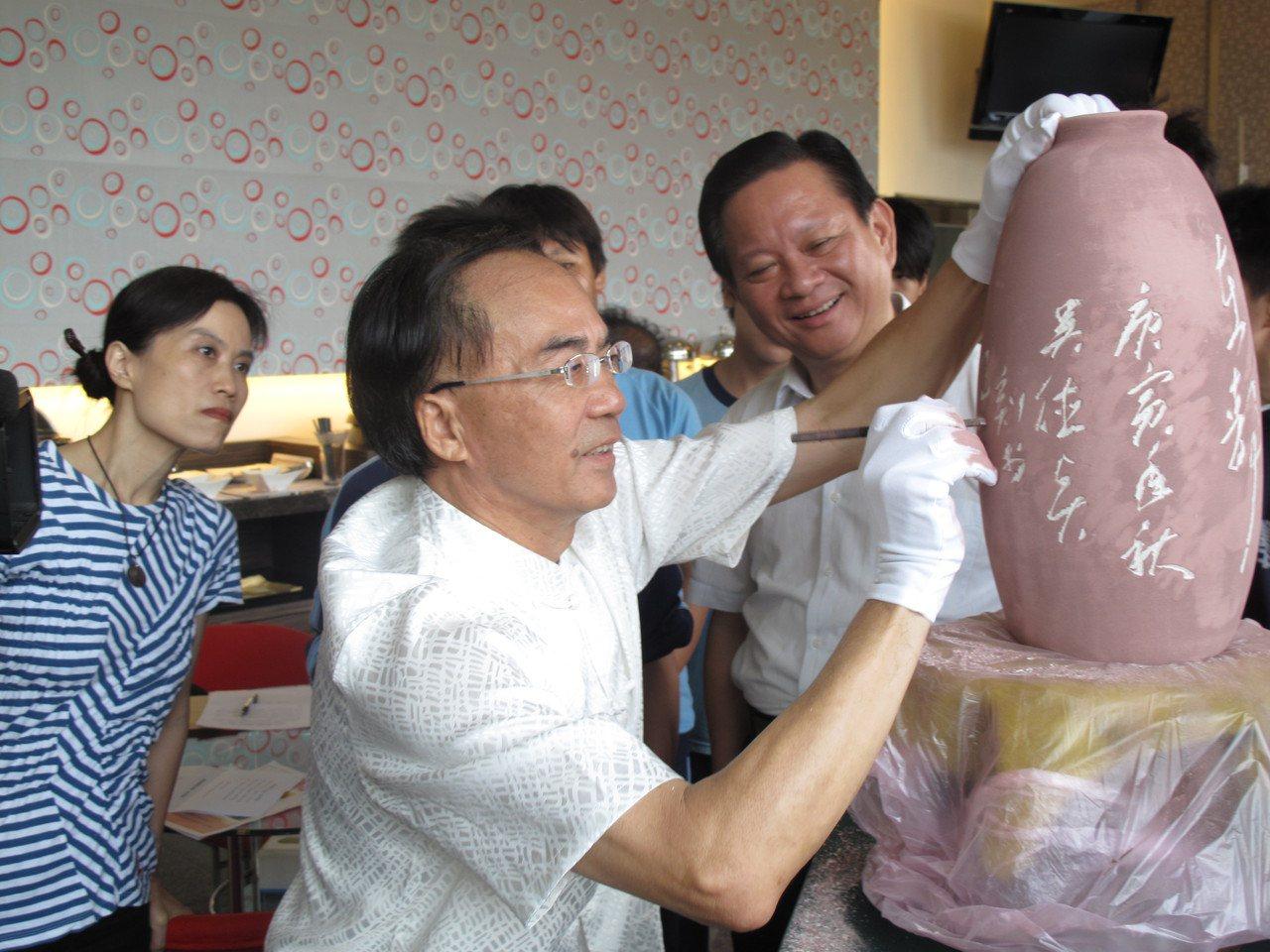 吳德賢(前一)展現最擅長的一刀流刻功。  圖/黃宏璣 攝影
