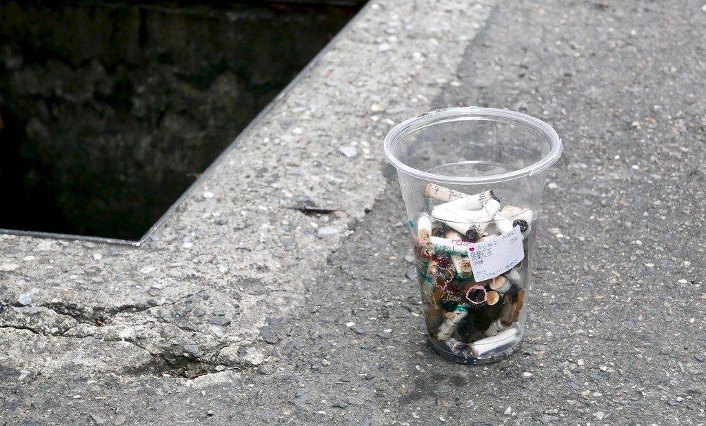 水溝中的菸蒂,極有可能帶著金屬毒素與塑膠纖維進入海洋,衝擊海洋生態。 圖/鄒敏惠...