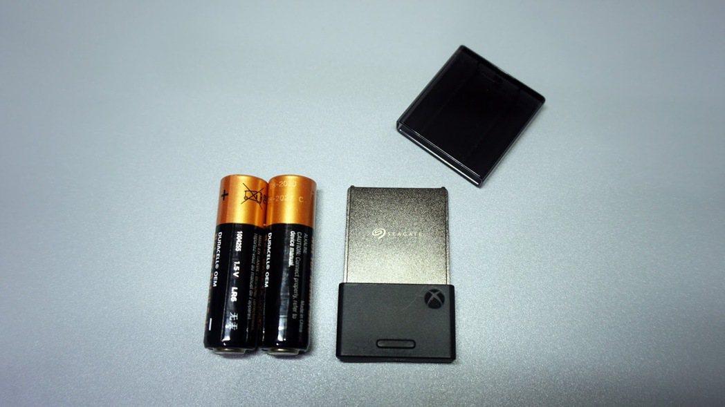 大小約莫是兩顆三號電池,厚度不到一公分
