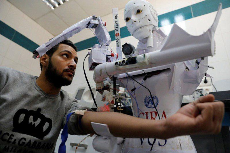 遠端遙控機器人Cira-03,可幫人篩檢新冠肺炎、量體溫,還會提醒人們要戴口罩。路透社