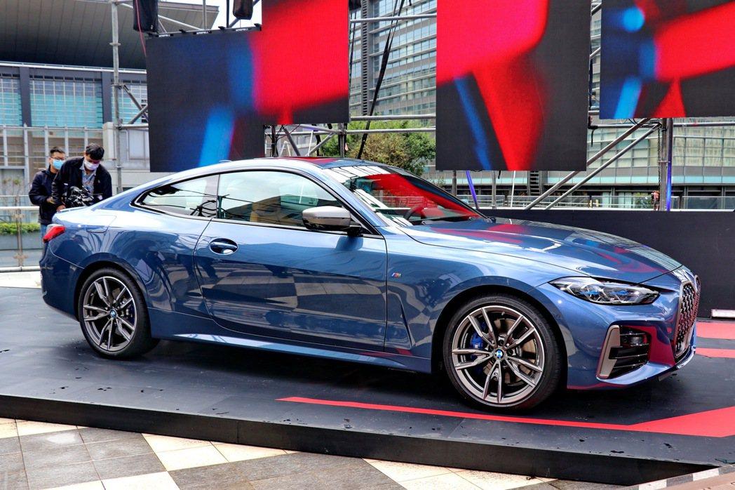 全新世代BMW 4系列雙門跑車的運動性格在車側線條更展現得淋漓盡致。 記者陳威任...