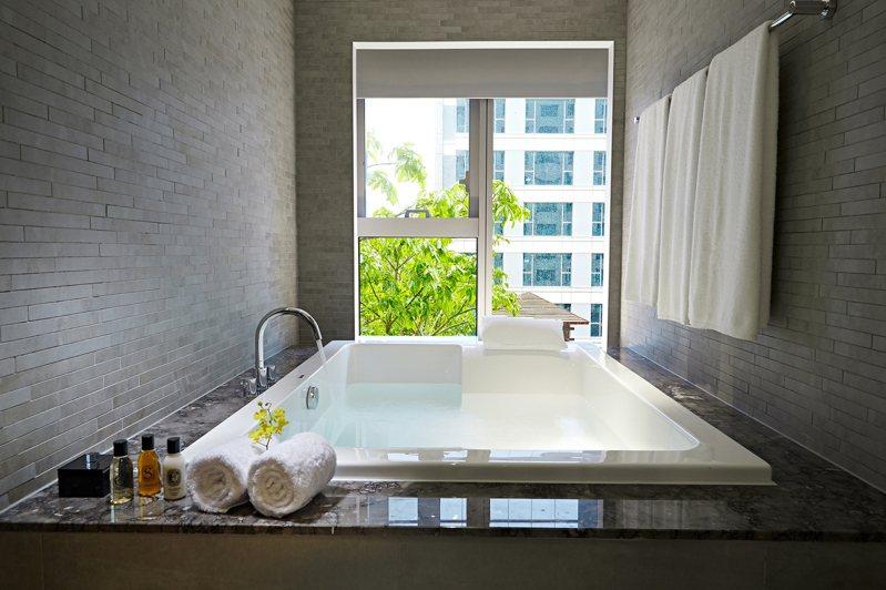 採光極佳的超大豪華浴缸。 圖/台南晶英酒店官網