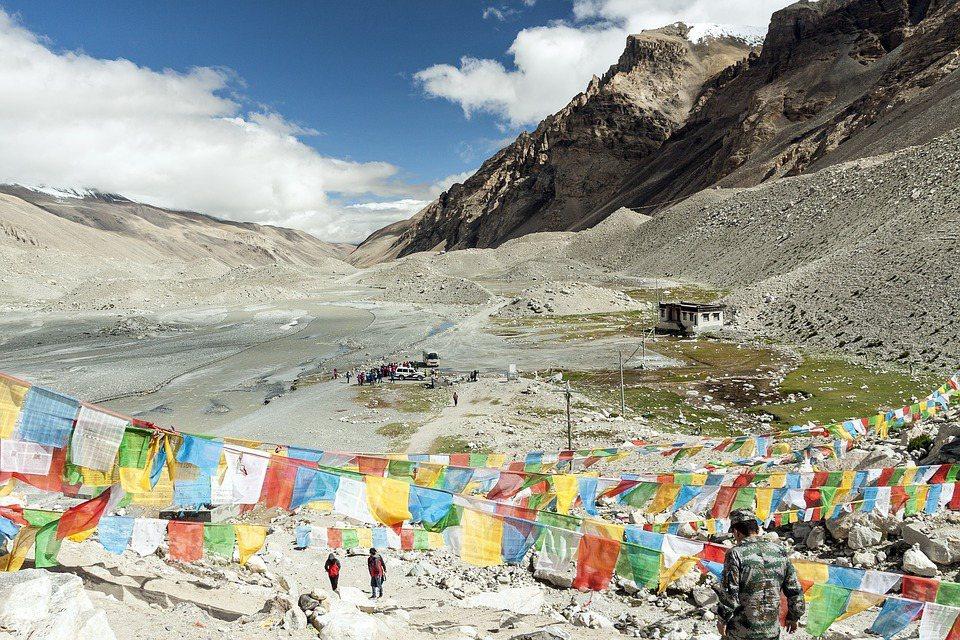 近日有科學家發表聲明,表示在地表最高、海拔8440公尺的聖母峰採集到的溪水和雪樣...