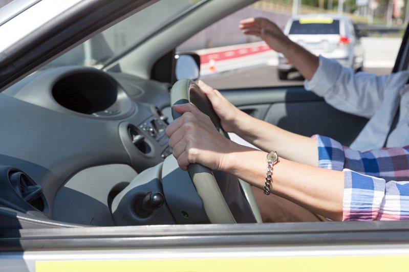 正妹女駕駛車內景況卻雜亂不堪,令原PO感到十分傻眼,示意圖。圖/Ingimage