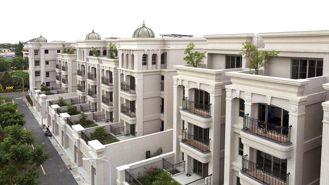 十年蘊藏,打造城市裡的棕櫚莊園。圖片提供/百立建設