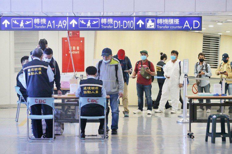昨日為實施秋冬防疫專案首日,機場旅客配合度佳,無違規個案。圖/中央社資料照