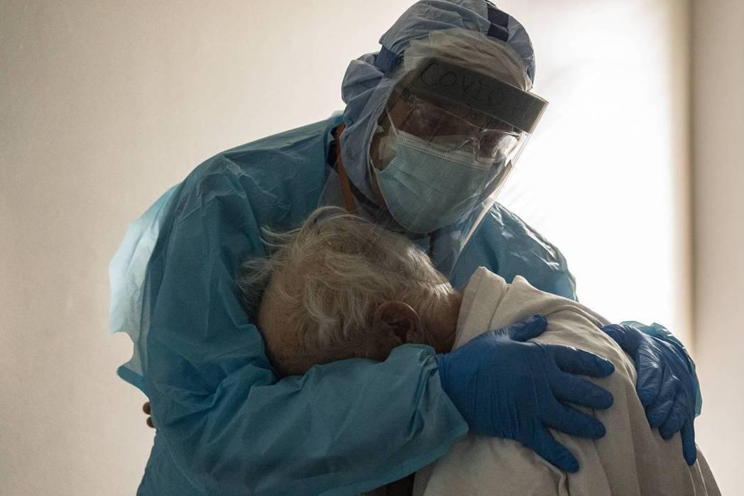 一名在美國德州醫院工作的醫生瓦隆(Joseph Varon)抱著他懷裡的白髮老翁...