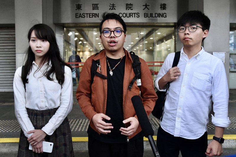 黃之鋒(右)、林朗彥(中)及周庭(左)三人。 香港中通社資料照