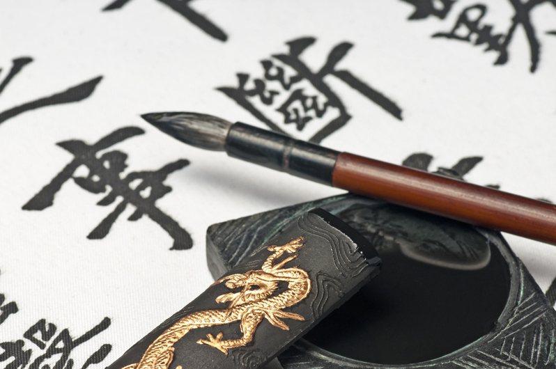 一名網友認為中文字不僅多又難記,讓人學習效率低落,反觀英文似乎容易學習許多,因此好奇「中文比起其他語言的優勢是什麼?」引來網友熱議,就有網友列出中文的2大優勢。圖片來源/ingimage