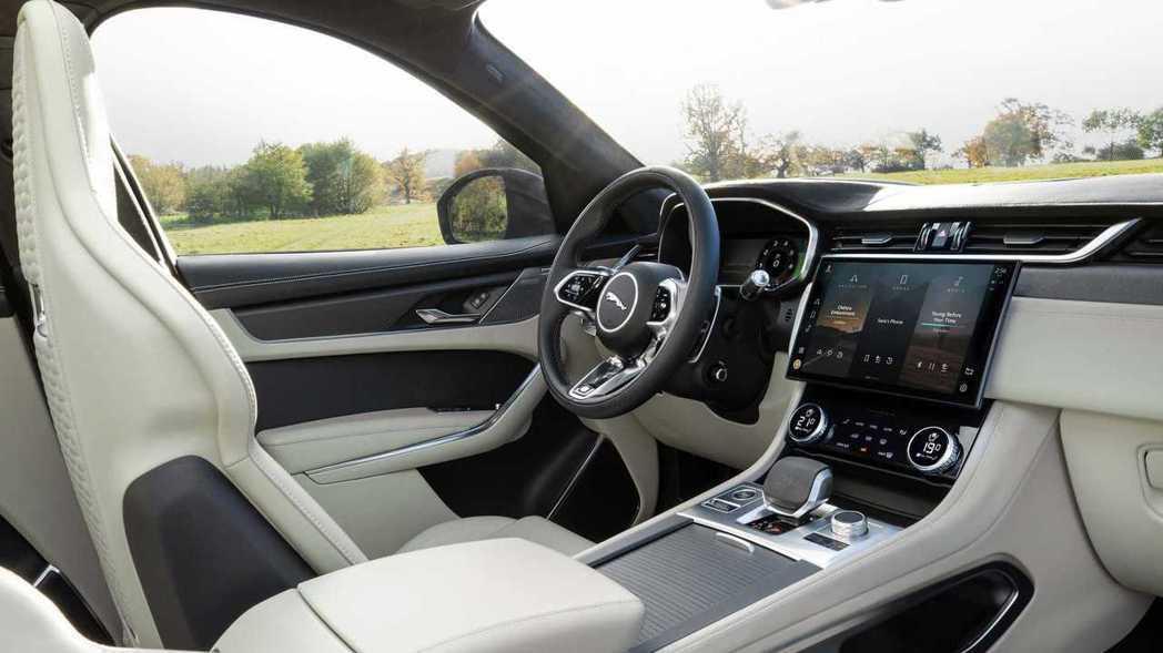 11.4吋曲面玻璃螢幕替內裝提升不少科技感。 圖/Jaguar提供