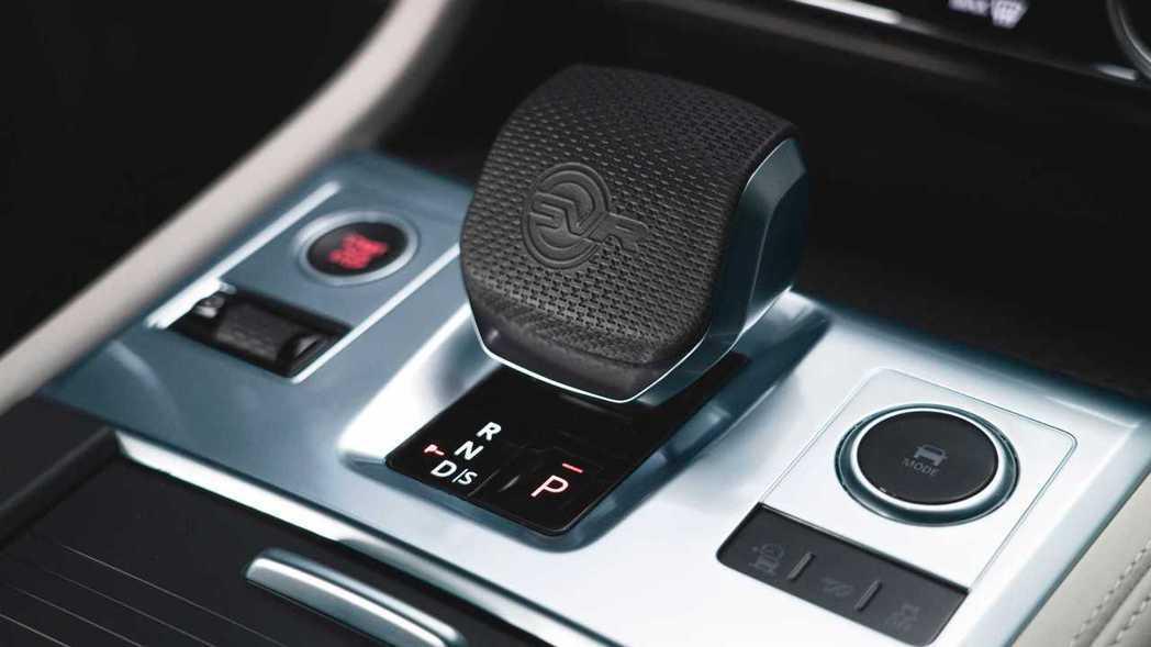 新造型的線傳排檔桿上有SVR浮雕。 圖/Jaguar提供
