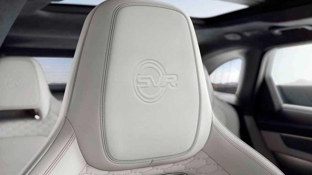 跑車座椅的頭枕也有精緻的SVR浮雕。 圖/Jaguar提供