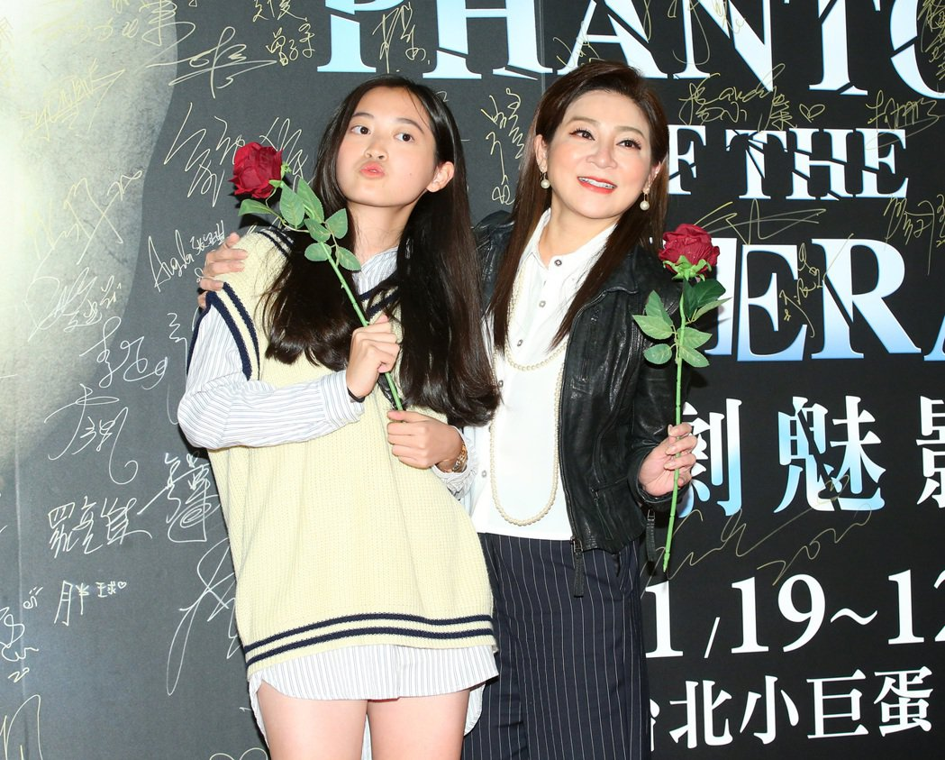 王彩樺(右)和小女兒到小巨蛋看「歌劇魅影」。記者林澔一/攝影
