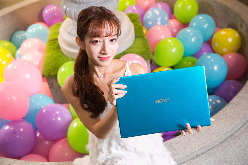 14吋Swift 3-59輕薄筆電,具備閃亮銀、蜜菊粉、天青藍時尚新色,經過In...