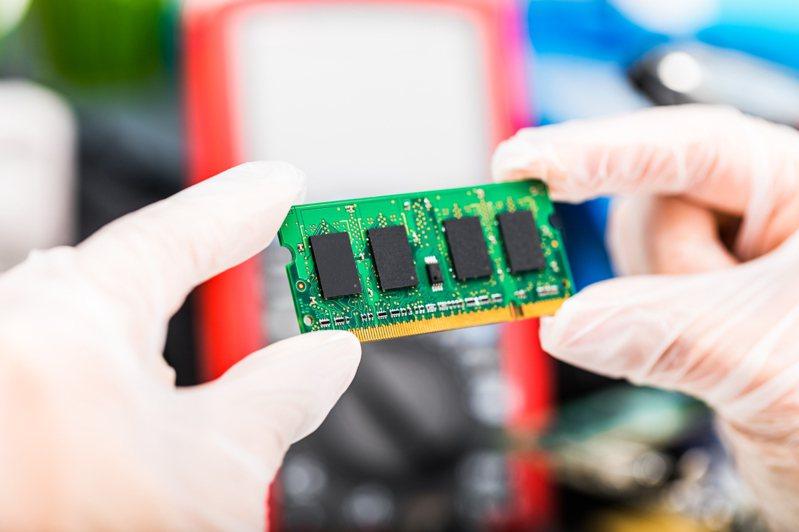 記憶體類股受惠於美光上修財測,股價觸及逾20年來新高。示意圖/ingimage授權