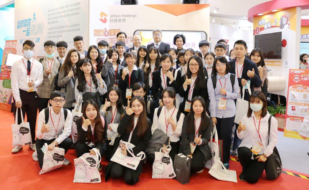 日盛邀請大專院校學生前往展區體驗。蔡穎青/攝影。
