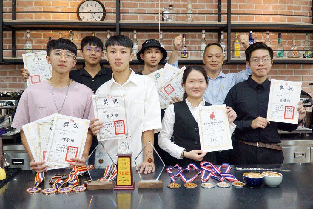 大葉大學烘焙學程學生參賽獲獎,與袁文祥老師(後排右)分享喜悅。 校方/提供。