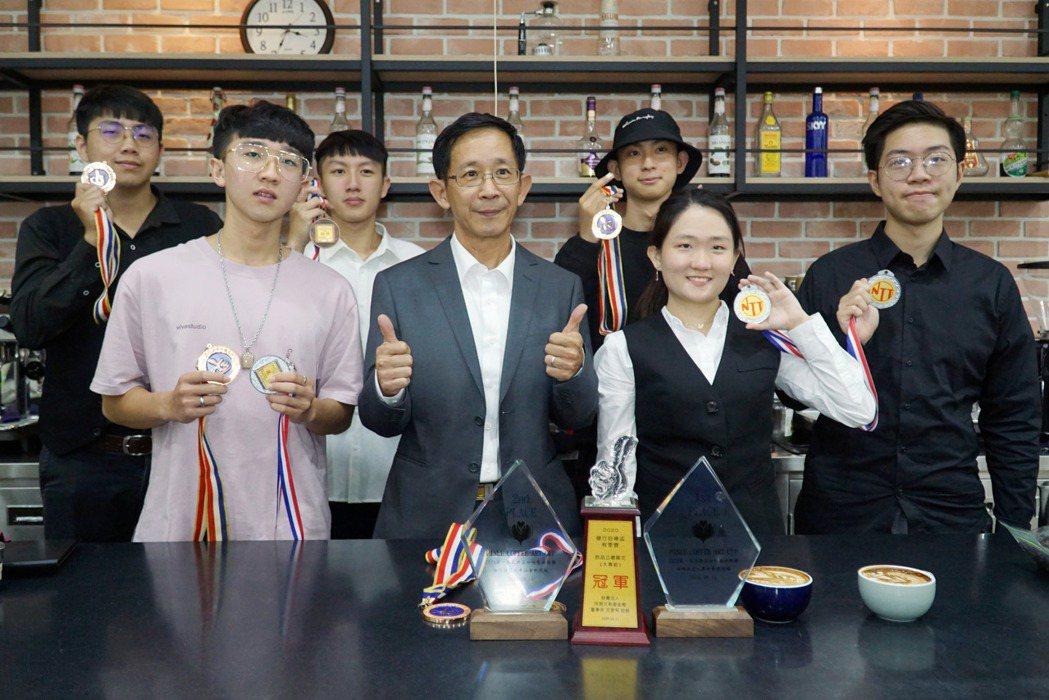 大葉大學烘焙學程張立功老師(前排中)恭喜學生競賽獲獎。 校方/提供。