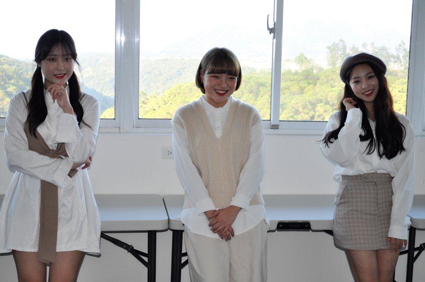 醒吾科大三位韓國交換學生李侑拏(右起)、何智英及尹志水,十分享受在校學習的生活。...