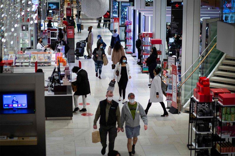 圖為紐約梅西百貨「黑色星期五」購物的民眾。 法新社
