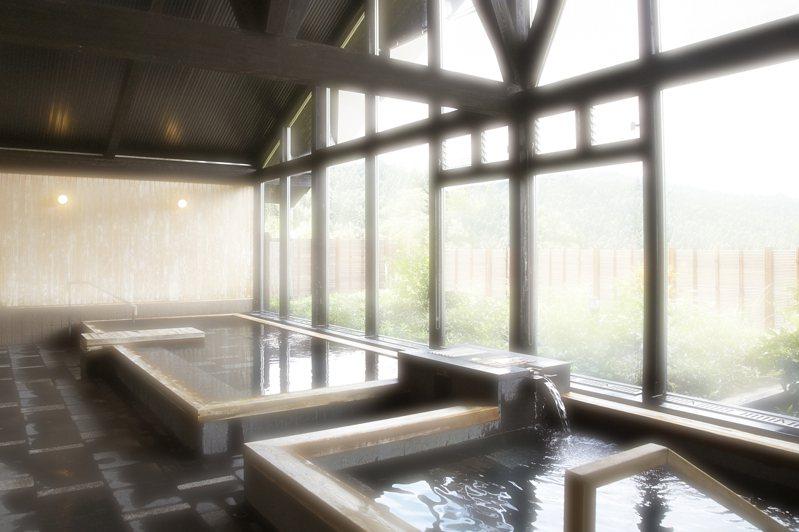 日本一名男子,日前因感染2019冠狀病毒疾病(COVID-19)住院時偷溜出醫院,還隱瞞染疫跑去溫泉設施。 圖/ingimage