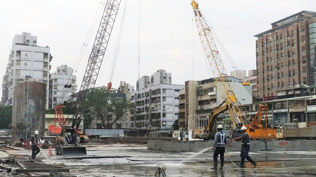 央行總裁楊金龍表示,如果現行「打炒房」措施無法見效,將會從三方面檢討因應,包括時...