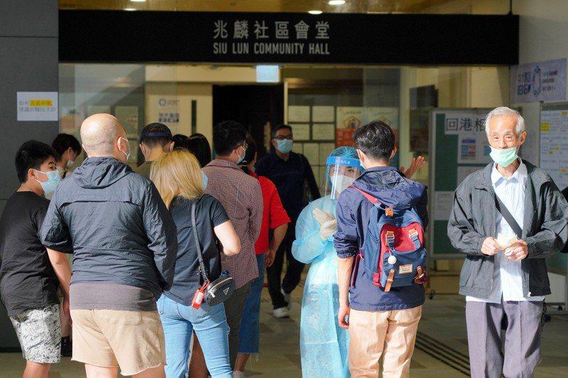 鑒於香港新冠肺炎疫情急劇惡化,市民的檢測需求大幅上升,多個社區檢測中心預約滿額。 圖/中國新聞社