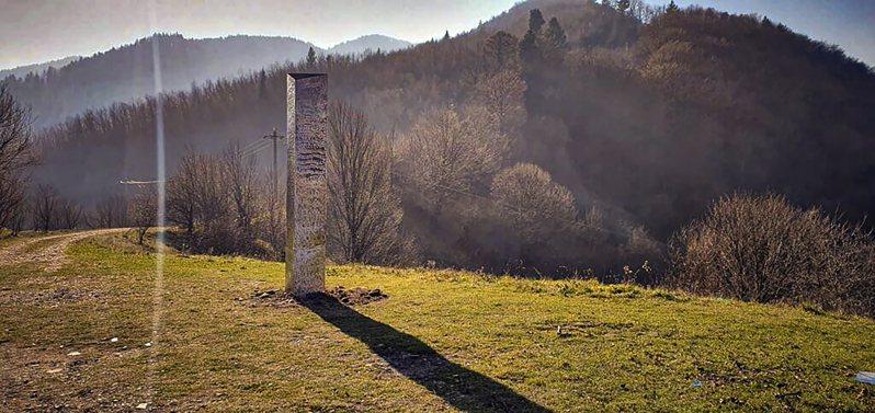 羅馬尼亞北部一處山頂近來出現一根神秘金屬柱體,且表面布滿詭異的圓形圖案;幾天前,美國猶他州的沙漠也被人發現類似物體。 美聯社