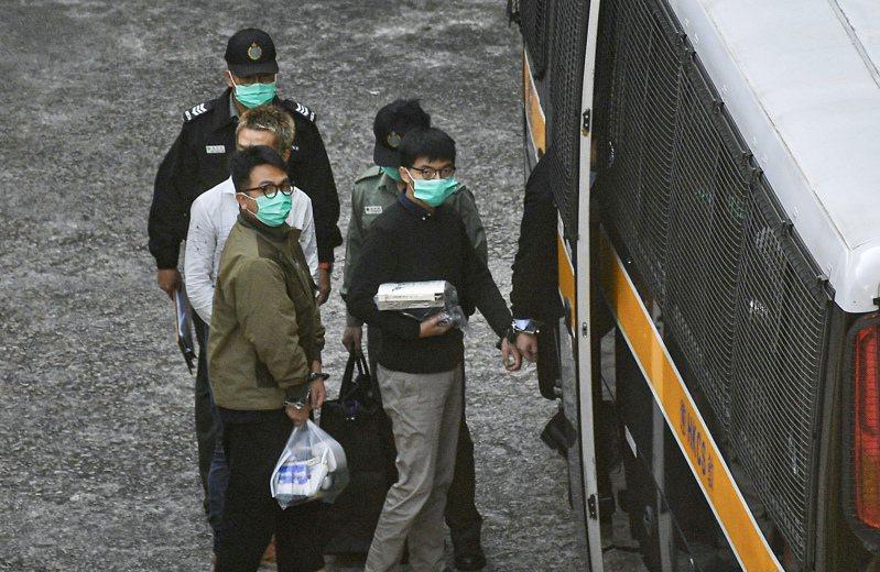 12月2日上午8時許,黃之鋒(右)及林朗彥(左)於香港荔枝角收押所被押上囚車移送法院。香港中通社