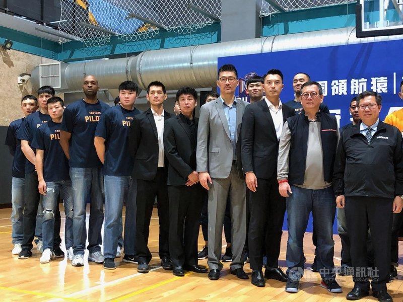 台灣職業籃球聯盟P.League+桃園領航猿隊陣中「新台灣人」戴維斯(左4)2日出席記者會時受訪表示,希望新球季能打越多場越好,但還需考量球隊的想法。 中央社
