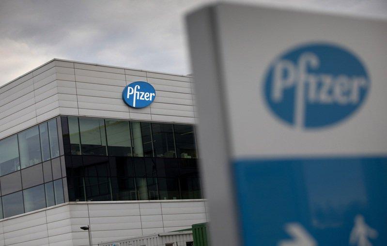 英國2日領先全球批准使用美國輝瑞大藥廠(Pfizer)和德國BioNTech聯手研發2019冠狀病毒疾病(COVID-19)疫苗。 美聯社