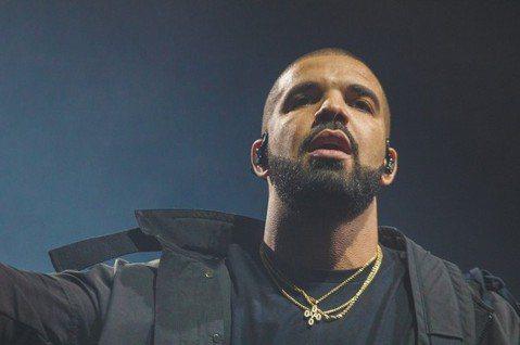 全球串流平台霸主Spotify公布了2020年最受歡迎的歌曲與音樂人,曲風各有所長!Spotify於2日公佈的年度回顧,大咖音樂人爭相出頭,包含饒舌歌手德雷克、R&B歌手威肯都佔據全英、全球...