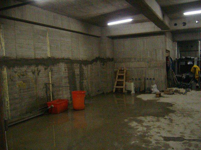 ●地下室外牆分兩次混凝土澆置,有交接縫,施作防水工程前,先打V型槽溝,V型槽溝打...