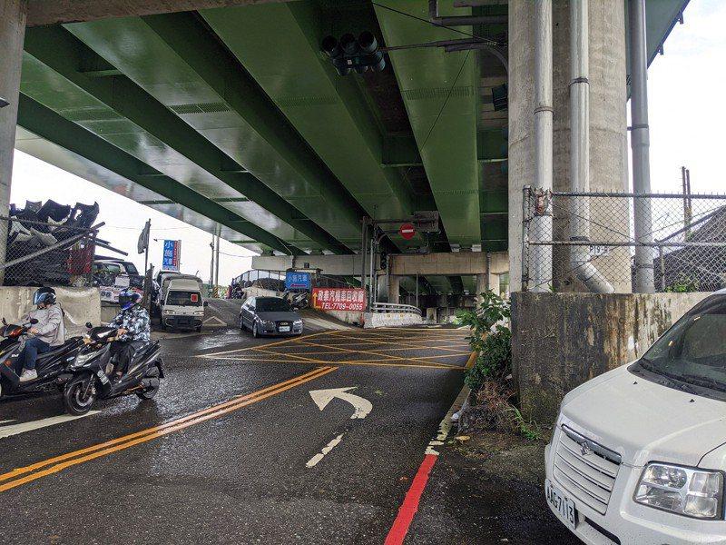 汐止區北山大橋機車專用道交通意外頻傳,新北市議員張錦豪希望能夠截彎取直,讓行車更安全。 圖/觀天下有線電視提供