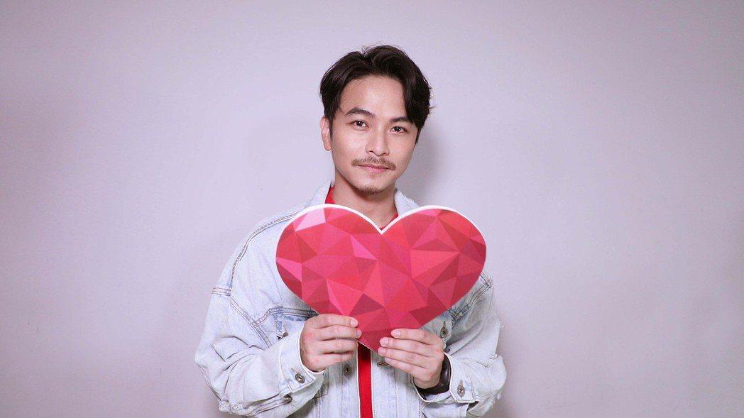 楊銘威獻唱「愛無限」。圖/TVBS提供
